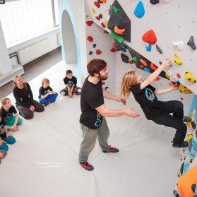Bouldern und Klettern für Kinder mit Trainer bei den Boulderkids in der Kinderwelt der Boulderwelt Dortmund