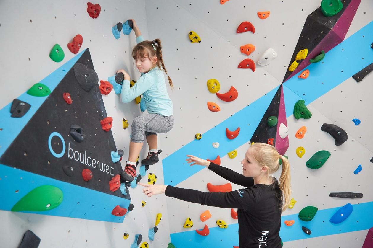 Bouldern und Klettern für Kinder mit Trainer beim Ferienprogramm in der Kinderwelt der Boulderwelt Dortmund